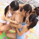 【近親相姦レズ動画】巨乳の若妻お母さんをマザコンのロリ3姉妹が痴女って水着姿で青姦レズプレイ
