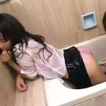 【JKレズ動画】女子校生のビアンカップルがローション風呂で双頭ディルド使った着衣SEX♪