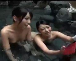 【青姦レズ動画】温泉旅行で貧乳ビアンカップルが露天風呂でイチャラブなレズSEXをしちゃうゾ♪