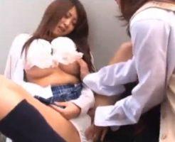 【青姦レズ動画】白ギャル女子校生が野外なのに大胆なレズSEXで制服姿のまま相互手マンで愛撫する