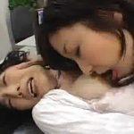 【レズレイプ動画】不良女子校生が熟女の女教師にブチきれて職員室で強姦し手マンし巨乳を舐め回す!