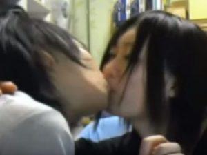 【ライブチャットレズ動画】ニコ生主の素人ロリ娘が友達と濃厚なディープキスで舌を絡ませる姿を生配信!