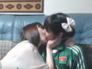 【ライブチャットレズ動画】ビアンカップルがニコニコ生放送中にレズプレイし始め舌を絡ませ合う
