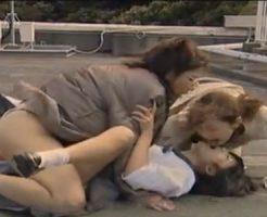 【レズレイプ動画】淫乱痴女な熟女のビアン女教師の2人組に襲われ制服姿のロリJKが青姦で3Pされる