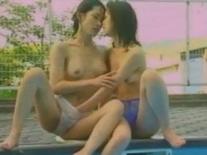 【青姦レズ動画】欲求不満なビアン熟女妻たちがプールやビーチで野外SEXし露出プレイで絡み合う