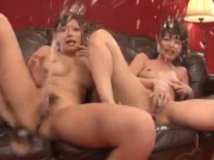 【潮吹きレズ動画】噴水の様に止まらないマン汁!ビアンお姉さんたちが手マンで次々に大量の愛液を潮吹きする!