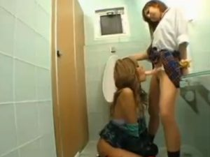 【ギャルレズ動画】痴女な露出狂のノーパンJKに街中で襲われた黒ギャルが公衆トイレでペニバンレイプされる