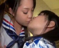 【キスレズ動画】可愛い制服姿のロリJCが同級生のツインテール少女とラブホテルでディープキス