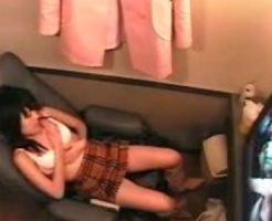 【盗撮レズ動画】女性向け個室ビデオで貧乳の黒髪お姉さんがAVを見ながら手マンでオナニー!