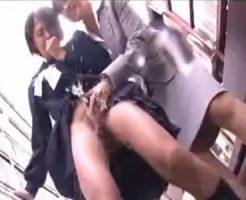 【潮吹きレズ動画】女痴漢師に手マンされ床を水浸しにする程にマン汁を大噴射するロリJK!