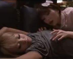 【レイプレズ動画】ビアンJDが寝ている友達の黒ギャルを夜這いしレズレイプでパイパンを手マン責め!
