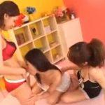 【乱交レズ動画】ペニバン履いた巨乳の白ギャルたちが3Pセックスで乳首を舐めながら正常位ハメ!