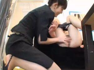 【盗撮レズ動画】素人娘がランジェリーショップで店員のお姉さんに痴女られ手マン責めされる瞬間!