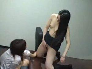 【盗撮レズ動画】会議室でビアンOL同士が手マンで膣をイジりオナニーの見せ合いっこしてる現場を隠し撮り