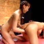 【SMレズ動画】小悪魔ロリJKにフィストファック調教で膣内を掻き回され潮吹きする巨乳熟女