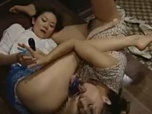 【人妻レズ動画】性欲の爆発した熟女奥様が玄関先でママ友と激しい不倫レズSEXをし乱れ狂う