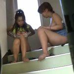 【盗撮レズ動画】団地の階段で素人JKのビアンカップルがオナニーの見せ合いっこしてたので隠し撮り