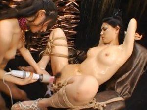 【SMレズ動画】巨乳のドM美女を緊縛で拘束し手マンでクリトリ刺激しながらバイブで玩具責めする女王様