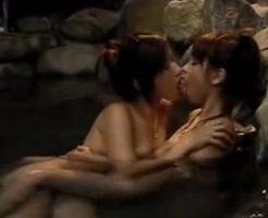 【カップルレズ動画】女子大生のビアンカップルが露天風呂で濃厚なキスをしながらラブラブ青姦SEX