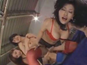 【乱交レズ動画】淫乱痴女なビアンの巨乳コンビに痴女られ3PでペニバンSEXするノンケのロリ娘