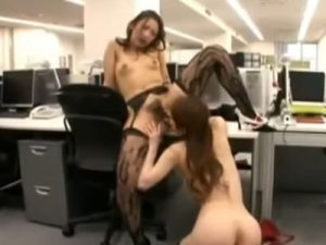 【OLレズ動画】ドスケべなランジェリー姿の貧乳女性社員が同僚を痴女りオフィスでクンニさせる