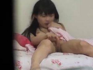 【オナニーレズ動画】ロリJCの幼女たちが覚えたての自慰行為で手マンしヨガる姿を盗撮!
