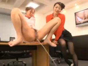 【OLレズ動画】美熟女なビアンの女社長が新人女性社員を会議室でレズレイプし公開放尿させる!