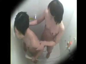 【盗撮レズ動画】部活終わりの素人ロリJKがシャワールーム互いの貧乳を揉み放尿プレイ