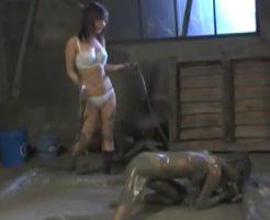 【SMレズ動画】壮絶な調教プレイ!ドSすぎる女王様がM女を泥まみれで踏みつけ鞭打ち責め!