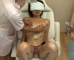 【マッサージレズ動画】貧乳のロリ娘が目隠しされ痴女な整体師たちに3Pレズレイプで犯される