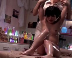 【マッサージレズ動画】貧乳の素人JDがエステで整体師のお姉さんにオイルを塗られレズられる
