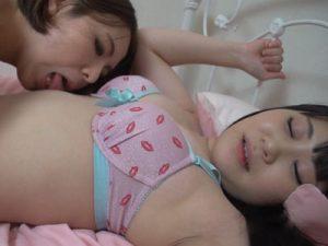 【水着レズ動画】黒髪の貧乳ロリ娘が白ギャルの巨乳お姉さんに全身リップでレズられる着エロ