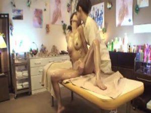 【マッサージレズ動画】巨乳JDに欲情した美熟女ビアン整体師が手マンとキスでレズる盗撮動画