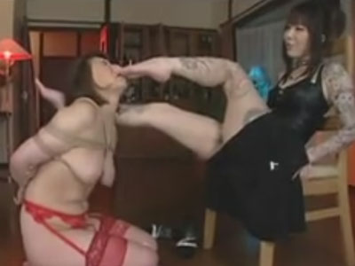 【SMレズ動画】巨乳のムッチリ美熟女な人妻が緊縛されSM調教プレイでレズビアン女王様の足舐め