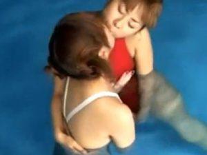 【水着レズ動画】ムチムチな競泳水着姿のレズビアン巨乳お姉さんがプールの中で手マンし合う