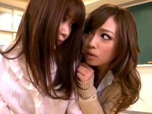 【レズ動画】学校の教室で女子生徒に激しいレズベロチューをされる美人女教師