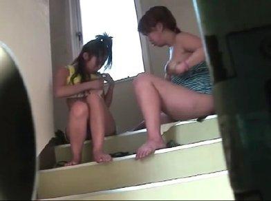 【レズ動画】妹がレズだったwwww市営住宅の階段で友達とエロい事してるwwww