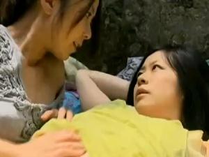 【レズ動画】川辺で大胆にもレズり出すレズビアン人妻たち!野外全裸でねっとり白百合!