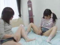 【オナニーレズ動画】ビアンの変態ロリコン家庭教師が生徒の幼いJS少女にマンコを見せ自慰行為を教える