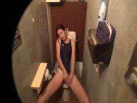 【盗撮レズ動画】JCの幼い女の子がスイミングスクールのトイレで水着のままオナニーする姿を隠し撮り