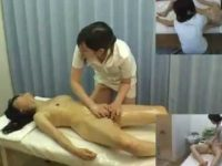 【レズ動画】レズエステティシャンの手技に喘ぎながら施術師のおま〇こを触ろうとする客