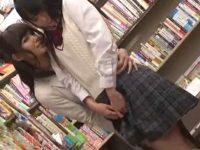 【痴漢レズ動画】制服姿のロリJKが本屋で立ち読みしてたらビアンの巨乳痴女に手マンレイプで襲われる!
